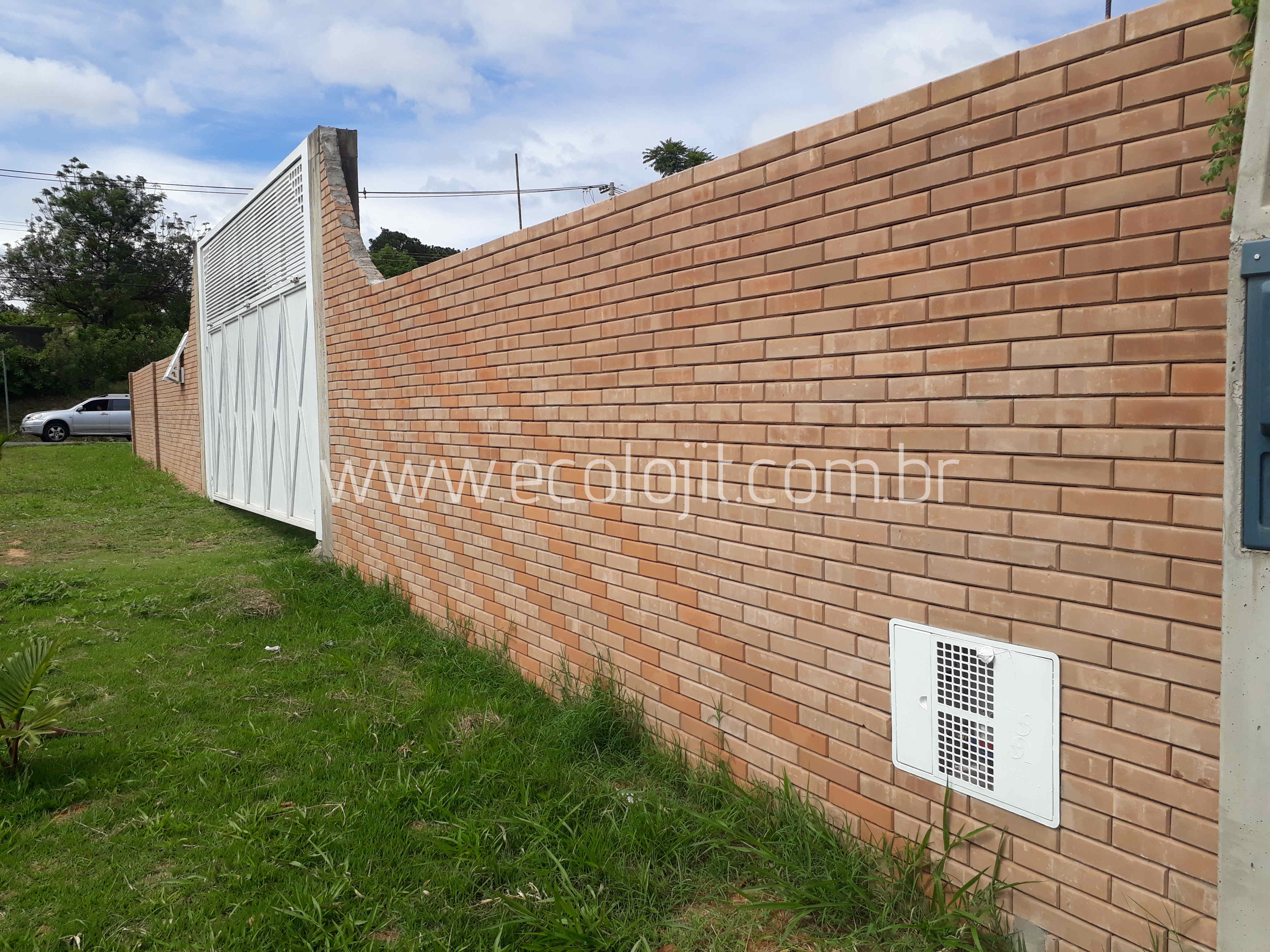 Muro e colunas edificadas com tijolo ecológico à base de solo e cimento.